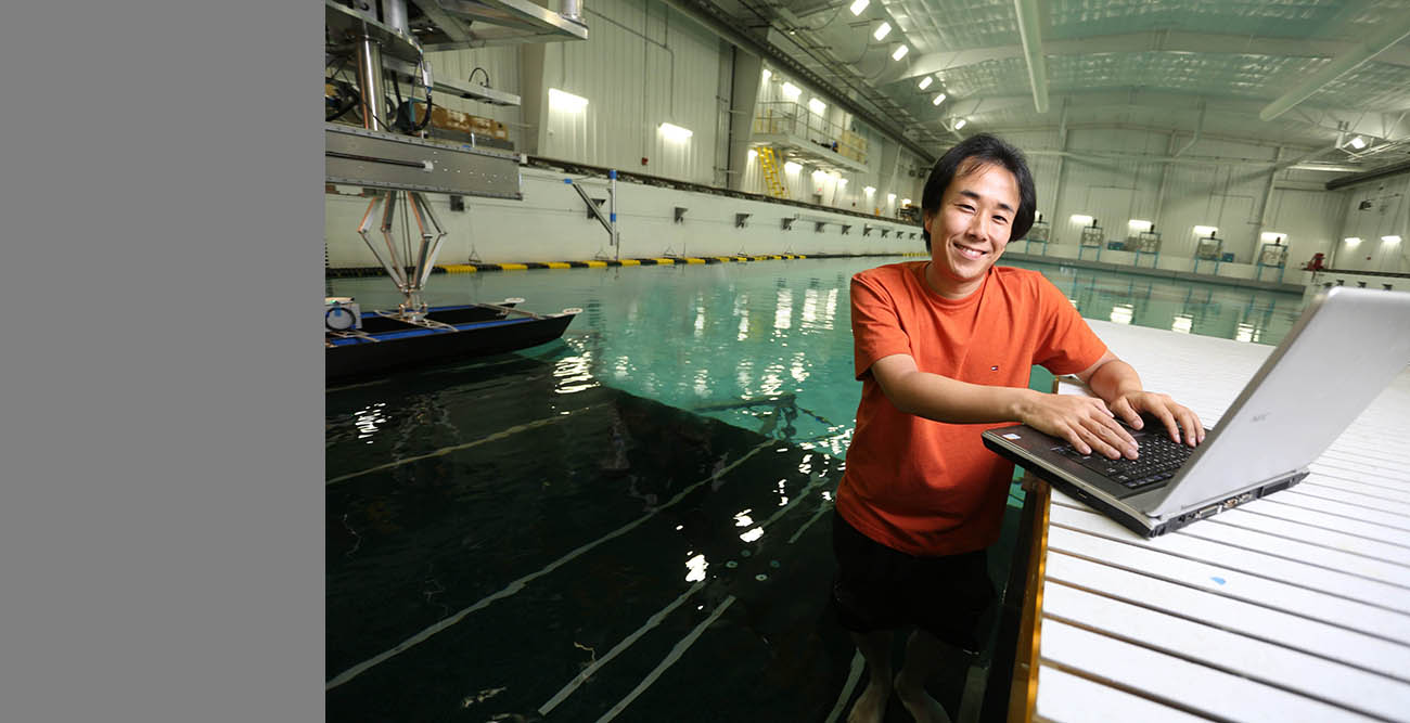 IIHR's Yugo Sanada is reflected light to help researchers better visualize the water surface for advanced ship hydrodynamics research.