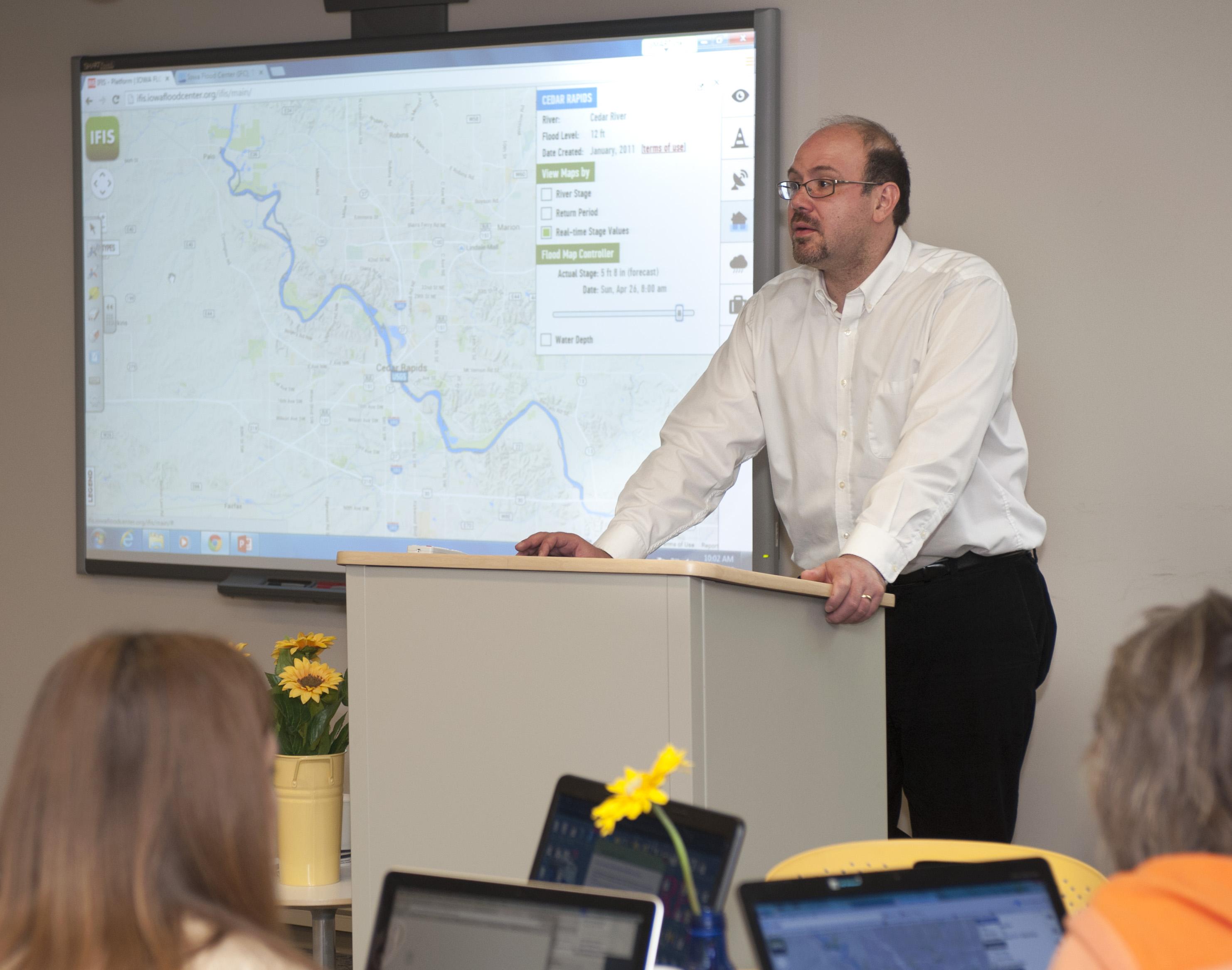 Gabriele Villarini gives a presentation using IFIS.