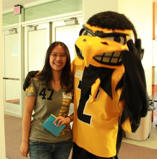 A student poses with Herky.